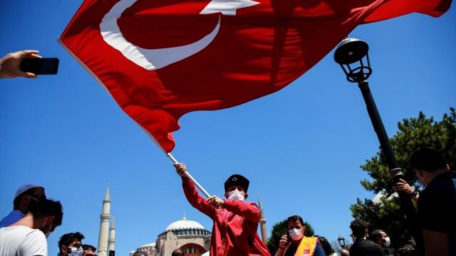 Erdoğan, Diyanet İşleri Başkanlığınca camide düzenlenen dua programında, Kur`an-ı Kerim tilavetlerini dinledi.