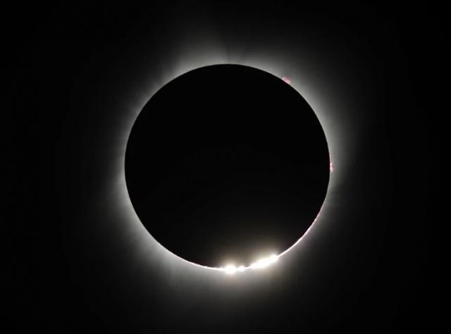 Milyonlarca kişinin merakla beklediği tam Güneş tutulması ABD'de gözlemlendi.