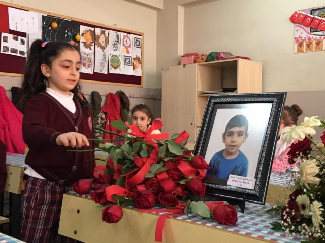 MİRAÇ ALİ ASLAN Hüzün yaşanan okullardan biri de annesi ve kardeşiyle birlikte hayatını kaybeden 7 yaşındaki Miraç Ali Aslan'ın eğitim gördüğü İsmetpaşa İlkokulu oldu.  Mustafapaşa Mahallesinde ikamet eden dedelerinin yanında giden Miraç Ali Aslan, anneannesi, dedesi, annesi ve kız kardeşiyle birlikte yıkılan binanın enkazının altında kalarak hayatını kaybetmişti.   Minik Miraç için okuduğu okul tarafından idareci, öğretmen, öğrenciler ve velilerin de katılımıyla anma töreni düzenlendi.  Törende Kur'anı Kerim okunup dualar edildi.  Sınıf arkadaşları ise arkadaşlarını anlatıp öğretmenleri ile birlikte Miraç'ın boş bıraktığı sırasına çiçek ve fotoğrafını yerleştirdi.