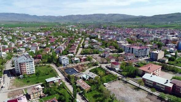 Elazığ'ın en fazla nüfusu olan ikinci ilçesi Karakoçan. Karakoçan'ın toplam nüfusu 28 bin 702. Erkek nüfusu 14 bin 429, kadın nüfusu 14 bin 273.