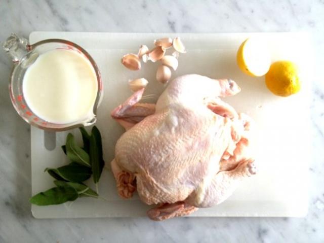 Süt ve tavuk aynı maddeleri içerdikleri için aşırı protein ve kalsiyuma neden olabilir. Ayrıca sütün içerdiği laktik asit tavuğun mide ekşimesine neden olur.