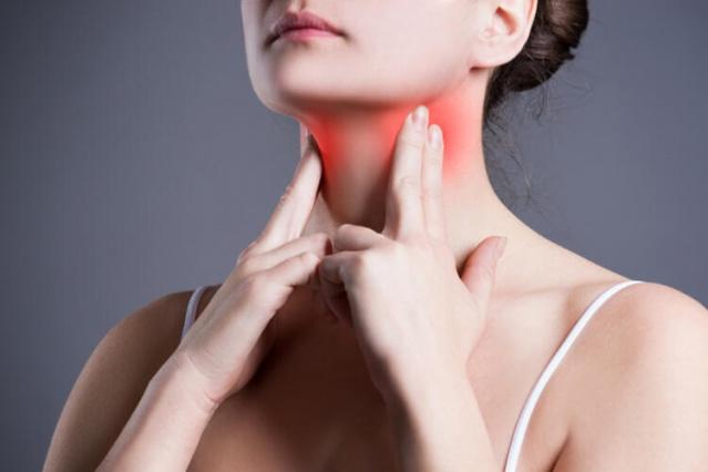 Boğaz ağrısı neden olur?  Üst solunum yollarında meydana gelen bir enfeksiyona ya da bakteriye bağlı olarak boğaz ağrısı gelişebilir. Ani hava değişimleri, reflü, gece uyurken ağızdan nefes almak, küf, polen ve toz gibi etken maddelere karşı alerji de hastalığı tetikleyebilir. Tütün, alkol ve bazı baharatlar gibi tahriş edici maddelerin kullanılması, boğaz ağrısına neden olur. Nemsiz ortamlarda bulunmak, bağırmak veya yüksek sesle konuşmak da boğazı tahriş edebilir.