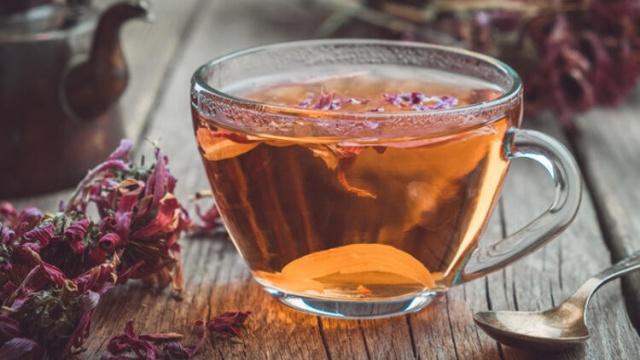 Boğaz ağrısına iyi gelen çaylar  Ekinezya çayının faydaları  -Boğaz ağrısına ne iyi gelir sorusuna verilen cevapların ilk başında sıvı tüketimi gelir. Günlük sıvı tüketiminize bitkisel çayları dahil ederseniz, boğazdaki ağrının ve acının azalmasını sağlayabilirsiniz. -Ekinezya çayı, sağlığa olan faydaları nedeniyle bu dönemlerde içebileceğiniz bitki çaylarından biridir. Her derde deva olduğu belirtilen ekinezya, geleneksel tıbbın olmazsa olmaz bitkileri arasında yer alır. -Bağışıklık sisteminizin güçlenmesine destek olan ekinezya, enfeksiyon önleyici özelliği ile başta farenjit, soğuk algınlığı, boğaz ağrısı ve grip gibi birçok kış hastalığına iyi gelir. İçeriğindeki A, B2, C ve E vitaminlerinin yanı sıra çeşitli mineraller bakımından da zengin olan ekinezya, vücuttan toksinlerin atılmasına yardımcı olur. -Ekinezya, kanser hücresi oluşumunu engellemesi, kabızlığa doğal çözüm olması ve kilo vermeye yardımcı etkileriyle de insan sağlığına oldukça yararlı bir bitkidir.