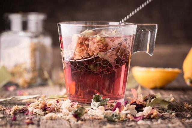 Ekinezya çayı nasıl yapılır?  1 ya da 2 çay kaşığı ekinezya yaprağını veya çiçeğini 1 bardak kaynar suya koyun. Biraz bekledikten sonra çayınızı içebilirsiniz. Ekinezyanın kökünden 1 çay kaşığı kadarını 1 ya da 2 bardak suyla 10 dakika kadar kaynattıktan sonra da çay olarak tüketebilirsiniz. Bu çayı, günde 2 defa rahatlıkla içebilirsiniz ancak 4 bardaktan fazla tüketmemeye özen göstermelisiniz.