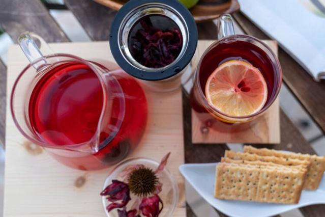 Kuşburnu çayı nasıl yapılır?  Çayınızı hazırlarken öncelikle 5-6 adet kuşburnunu hafif ezerek çatlatın. Daha sonra bir bardak kaynar suda 10 dakika demleyin. Demlerken kapağını kapalı tutun. Kuşburnunun içeriğinde bulunan C vitaminin azalmaması için demleme süresini uzatmayın.