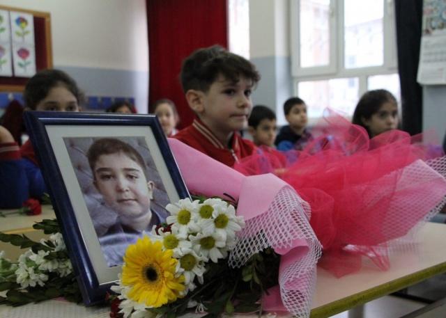 MUHAMMET SALİH CİVELEK Depremde hayatını kaybeden Muhammet Salih Civelek, Sürsürü Mahallesi'nde çöken Dilek apartmanında annesi ile birlikte hayatını kaybetmişti.   Vali Lütfullah Bilgin İlkokulunda üçüncü sınıfa gidiyordu. Civelek'in 3 C sınıfındaki masasına fotoğrafı ve çiçek bırakıldı.