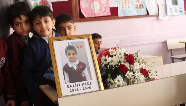 SALİH İNCE: Mustafapaşa Mahallesinde çöken Kalay apartmanında enkaz altında kalan Salih İnce de babası Necmettin İnce ile birlikte hayatını kaybetmişti.  7 yaşındaki Salih İnce'nin eğitim gördüğü Naide Karakaya İlkokulu'nda da eğitime başlandı.  İnce'nin Öğretmeni Zuhal Munzur ve okul idarecileri 1-A sınıfında eğitim gören minik öğrencinin boş kalan sırasına çiçek ve fotoğrafını yerleştirdi.  Öğretmen Zuhal Munzur, öğrencilerine Salih İnce'nin depremde öldüğünü anlatmaya çalıştığı anlarda gözyaşlarına boğuldu.  Zuhal öğretmenin öğrencisi için gözyaşı döktüğü anlar sınıftaki öğrencileri de duygulandırdı.