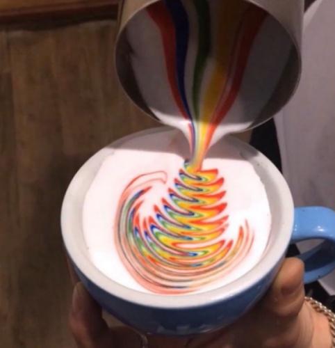 Güney Koreli espresso uzmanı Lee Kang Bin, kahve ile sanat eserileri ortaya çıkarıyor.