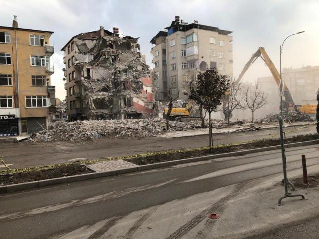 Elazığ'da neredeyse her mahallede yıkımı devam eden binalar var.