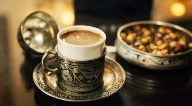18- Menengiç Kahvesi İçerisinde yedi adet özel bir karışım barındıran menengiç kahvesi. Elazığ'ın hemen her kafesinde bulmak mümkün. Oldukça şifalı ve bağırsak problemlerine iyi geldiği biliniyor.
