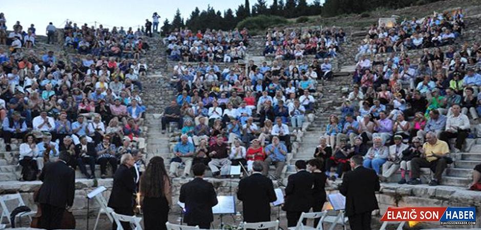 Dünya Turuna Çıkan Turistlerin Efes'te Klasik Müzik Keyfi