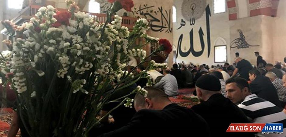 'Eski Cami' Cemaati Cuma Namazını Çiçekler Arasında Kıldı