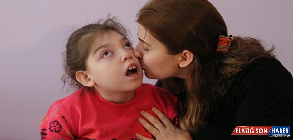 Evde Kızına Mesaide İnsanlara Hayat Veriyor