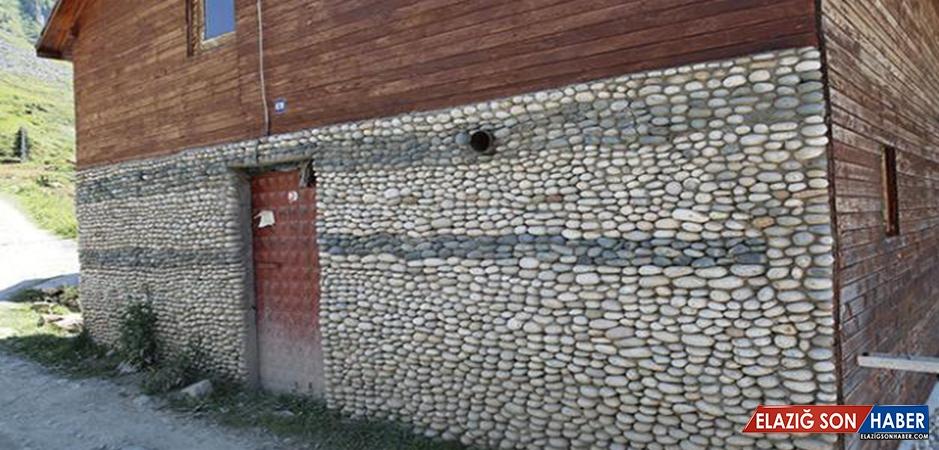 Evinin Dış Cephesini Çakıl Taşlarıyla Süsledi