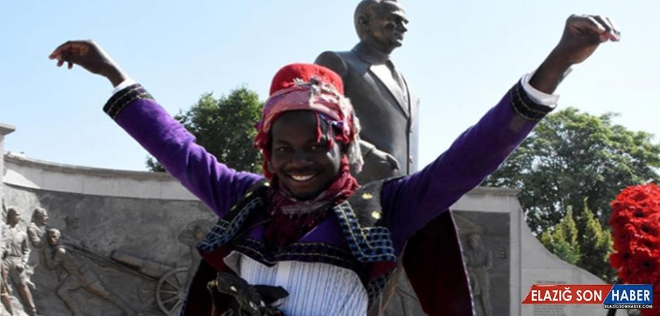 Ugandalı Öğrenci 30 Ağustos Zafer Bayramı'nda Zeybek Oynadı