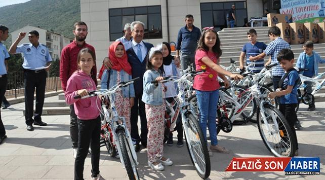 Akşehir'de sabah namazına giden 520 çocuğa bisiklet hediye edildi