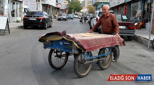El arabasıyla eşya taşıyarak ekmeğini kazanıyor