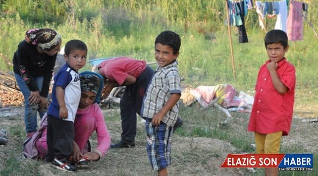 Mevsimlik işçilerin çocukları zor koşullarda yaşamını sürdürüyor