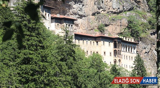 Restorasyonu süren Sümela Manastırı'na turistlerin ilgisi devam ediyor