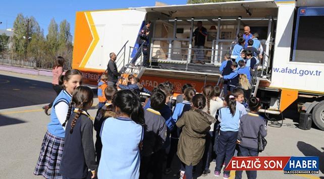 Erzurumlu öğrencilere simülasyon tırında deprem eğitimi verildi
