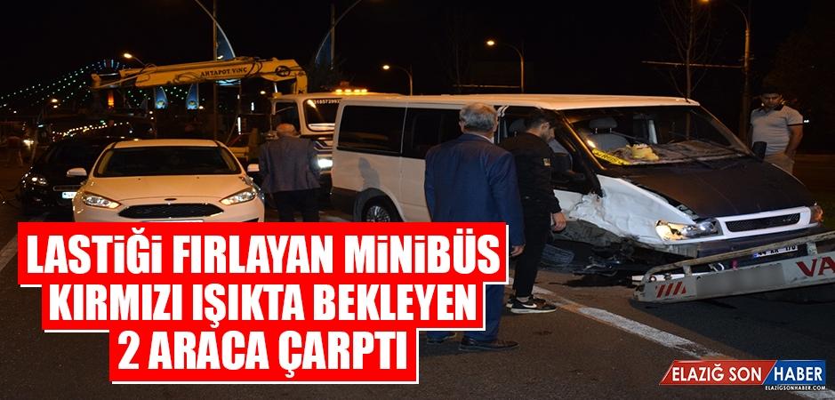 Komşu Şehirde Lastiği Fırlayan Minibüs Kırmızı Işıkta Bekleyen 2 Araca Çarptı