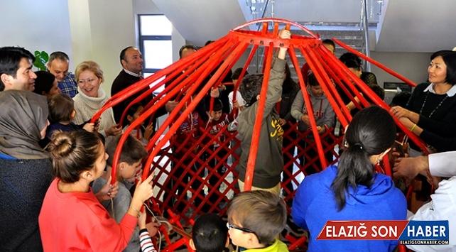 Türk diplomatların çocukları Kırgız keçe çadırının kurulumunu öğrendi