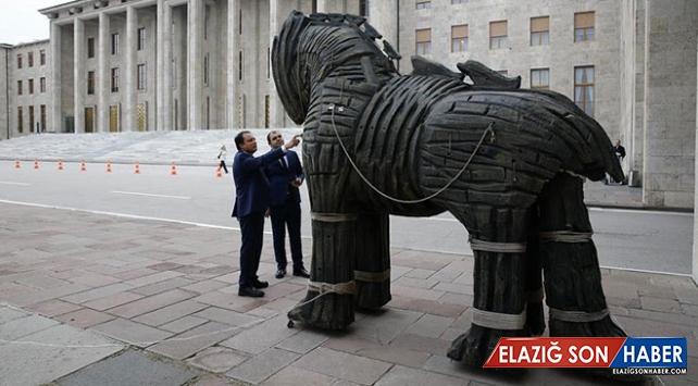 """Meclise getirilen """"Truva Atı"""" heykeline yoğun ilgi"""