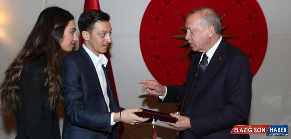 Amine Gülşe ve Mesut Özil, Cumhurbaşkanı Erdoğan'a Davetiye Verdi