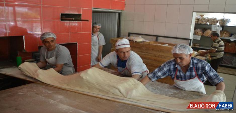 3,20 Metre Uzunluğundaki Dev Ramazan Pidesi 60 Liradan Satıldı