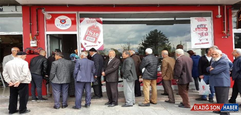Erzincan'da Ucuz Et Almak İsteyenler, Et ve Süt Kurumu Mağazasının Önünde Uzun Kuyruklar Oluşturdu