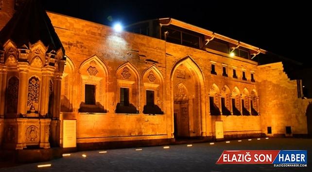 İshak Paşa Sarayı led aydınlatma sistemiyle ışıklandırıldı