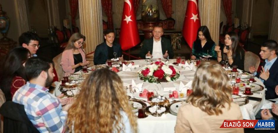 Mesut Özil, Nişanlısı Amine Gülşe İle Cumhurbaşkanı Erdoğan'ın Dolmabahçe'de Verdiği İftara Katıldı