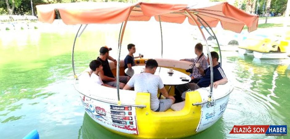 Bursa'da yüzen kafeye turistler büyük ilgi gösteriyor! Saati 225 lira