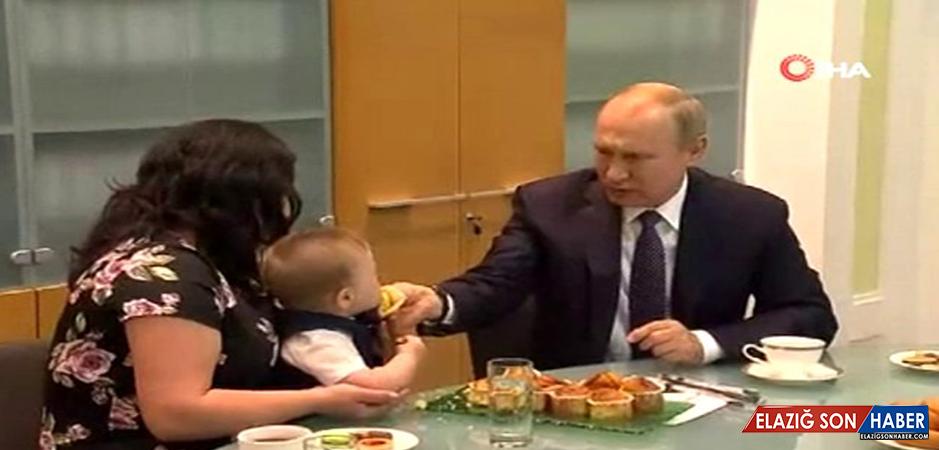 Rusya Devlet Başkanı Vladimir Putin, küçük bebeğe kek yedirdi.