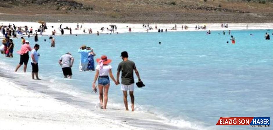 Salda Gölü'nü günlük 30 bin kişi ziyaret ediyor