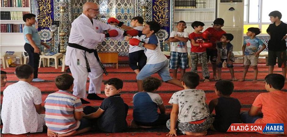 Hem Kur'an-I Kerim'i Hem Karateyi Öğreniyorlar