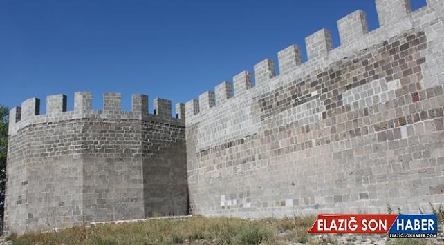 Tarihi Erzurum Kalesi'nde 8 asırlık su isale hattı bulundu