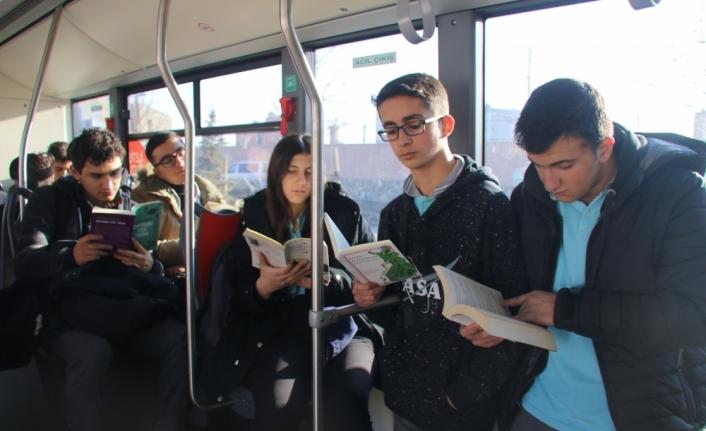 Ağrılı öğrenciler kitap okuyarak fidanlara hayat veriyor