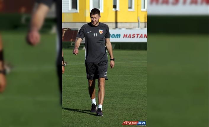 Artem Kravets ilk kez forma giydi