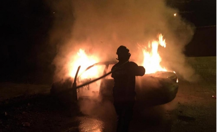Elazığ'da park halindeki otomobil yandı