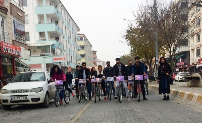 Iğdır'da üniversite öğrencileri, kadına şiddete karşı pedal çevirdi