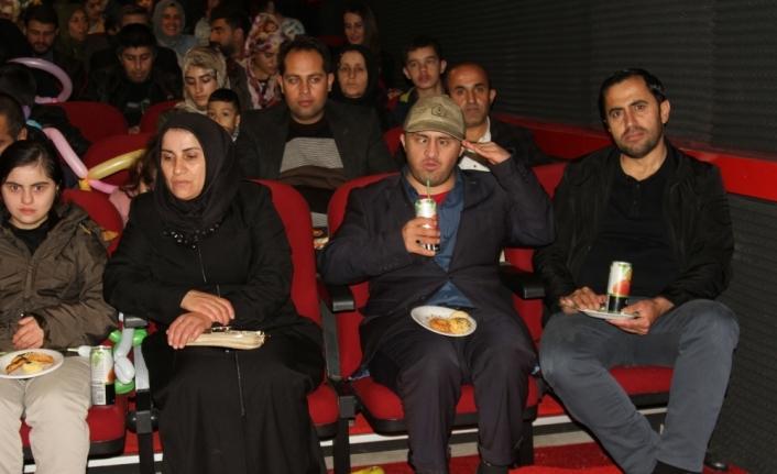 Şemdinli'de engelli öğrenciler askerlerle film izledi