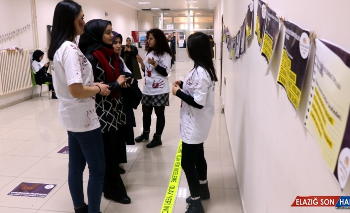 Üniversite öğrencileri okul koridorunda