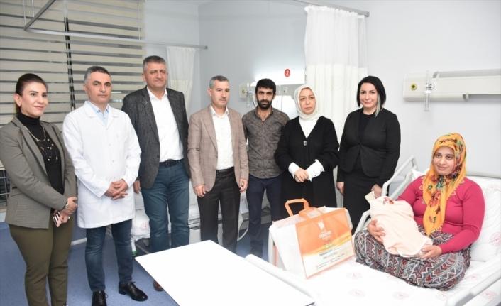 AK Parti Malatya Milletvekili Çalık, 2020 yılının ilk bebeğini ziyaret etti