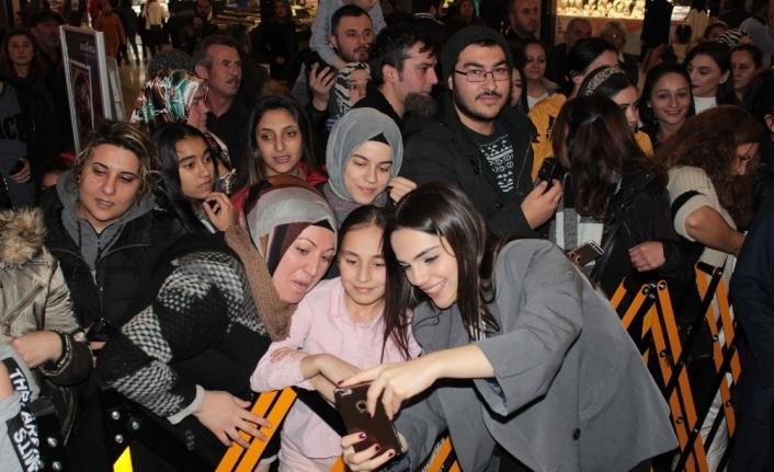 'Baba Parası' filminin başrol oyuncuları hayranlarıyla buluştu
