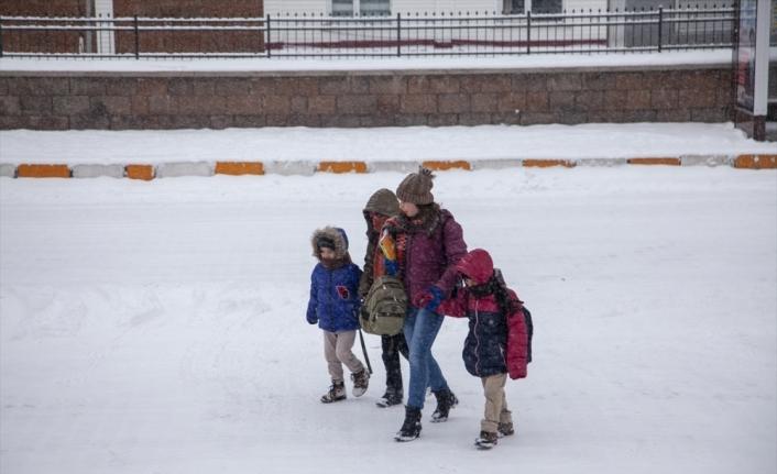 Bitlis'in Ahlat ilçesinde eğitime kar engeli