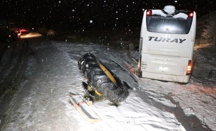 Erzincan'da yolcu otobüsünün iş makinesine çarpması sonucu 17 kişi yaralandı