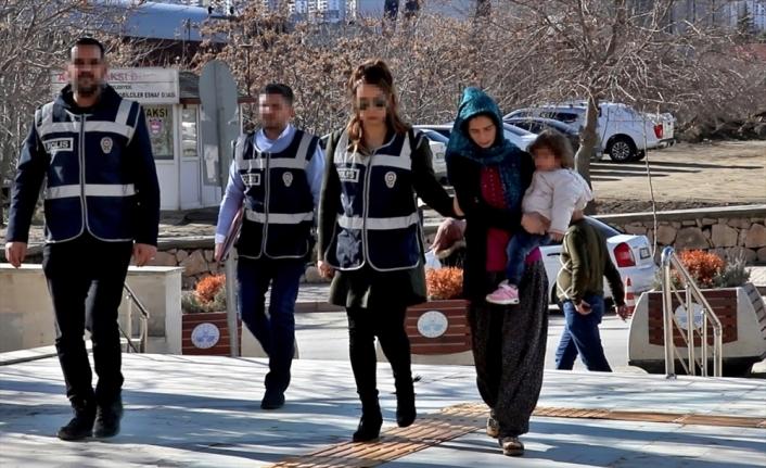 Kucağında çocuğuyla hırsızlık yapan kadın gözaltına alındı