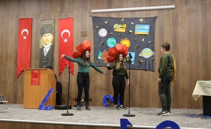Öğrencilerinden tiyatro gösterisi