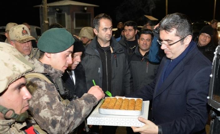 Yeni yıla nöbet tutarak giren jandarma ve polislere tatlı ikramı
